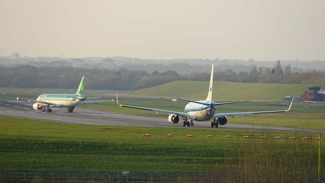 Aer Lingus A320 & KLM 737 - Runway 33 Line UP - Birmingham Airport